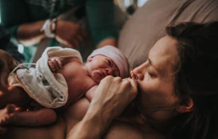 L'heure qui suit la naissance porte des enjeux très forts, et en ce sens, elle mérite un environnement, une pratique de soin et de soutien